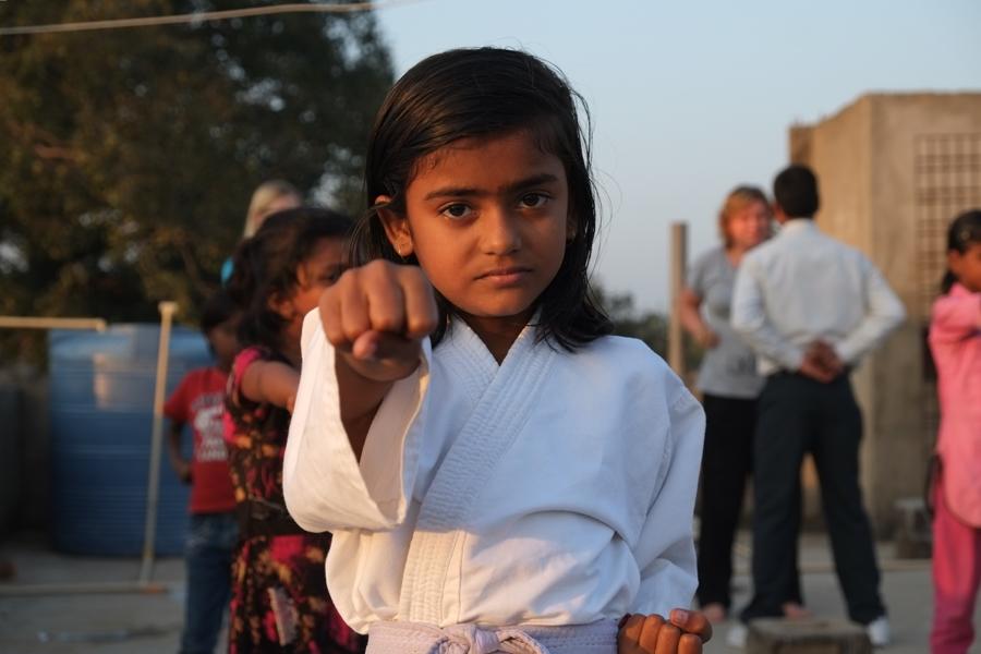 Auch Mädchen aus den umliegenden Dörfern dürfen bei unserem Karatekurs mitmachen