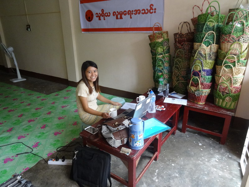 Su Su und mein neu eingerichtetes Home Office im DCC (Man beachte die tollen Körbe, die in unserem Trainingscenter produziert werden und hoffentlich bald zum Verkauf bereit stehen sollen.)