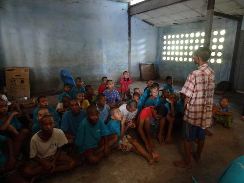 Ein Junge beim Geschichtenerzählen um uns allen eine kurze Sport-Atempause zu gönnen