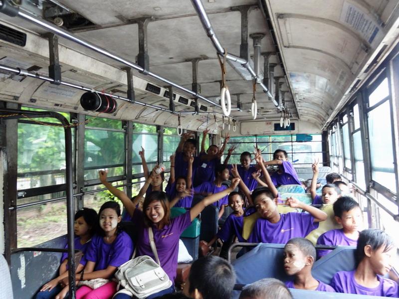 Schon im Bus herrscht ausgelassene Stimmung