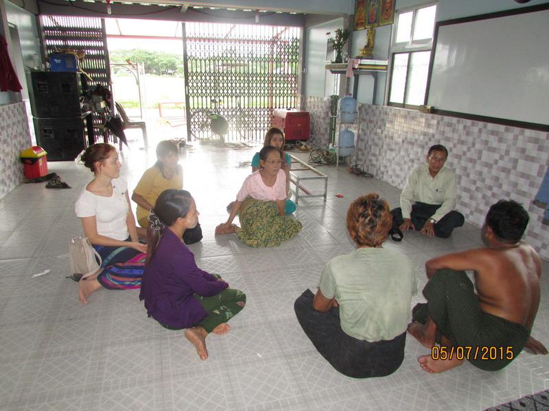 Hausbesichtigung und Verhandlung im gemütlichen Sitzkreis am Boden