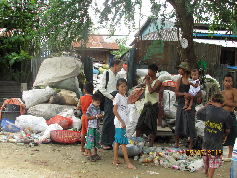 Die Müllsammelstelle des Viertels: Hier liefern die Kinder die gesammelten Plastikflaschen ab und können sich damit etwa 1 EUR pro Tag dazuverdienen.