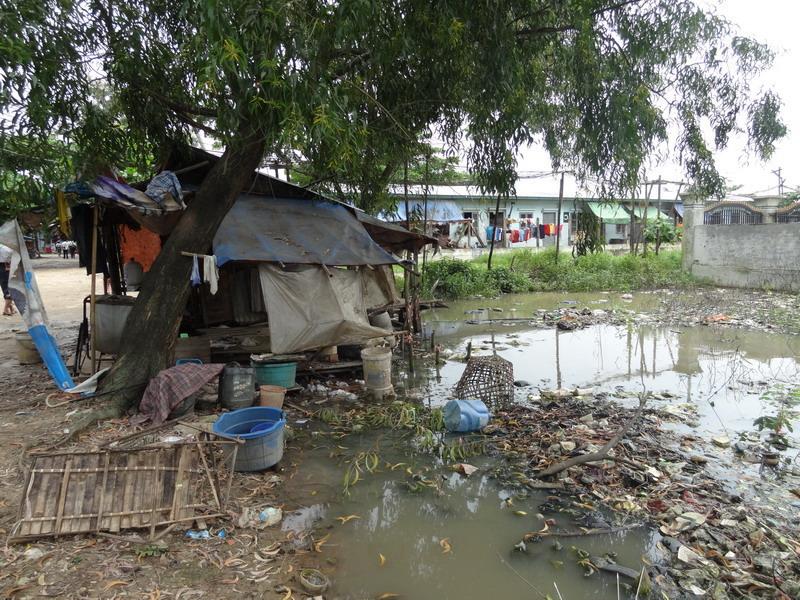 So sieht eine Standardbehausung der besuchten Familien aus. Oft leben in einer Hütte bis zu zehn Menschen.