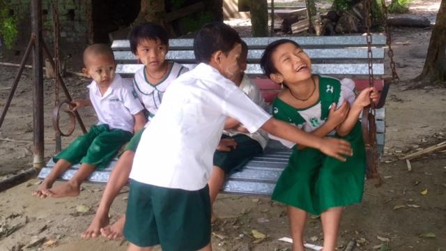 Das Kinderlachen reißt uns aus unserer nachdenklichen Stimmung