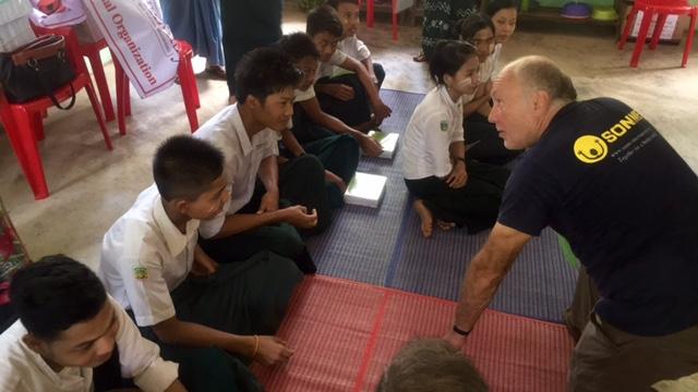 Gerhard in seinem Element - Er plaudert mit den SONNE-Schülern über ihre Zukunftspläne